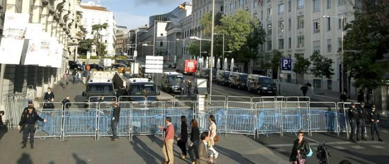 La Policía Nacional mantiene cortados los accesos al Congreso de los Diputados, así como el tráfico de vehículos en la Carrera de San Jerónimo.
