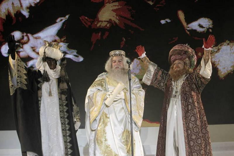 Los Reyes Magos saludan a los niños en la plaza de Cibeles