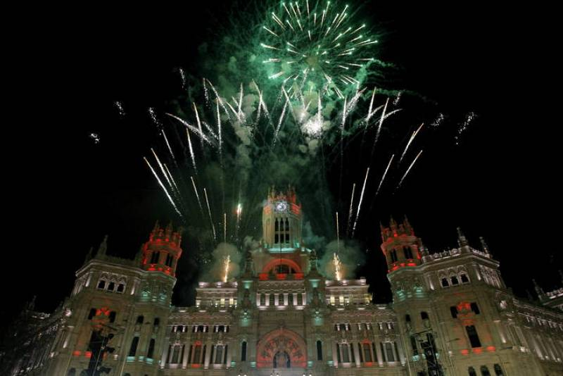 Fuegos artificiales en Cibeles al término de la cabalgata de Reyes en Madrid