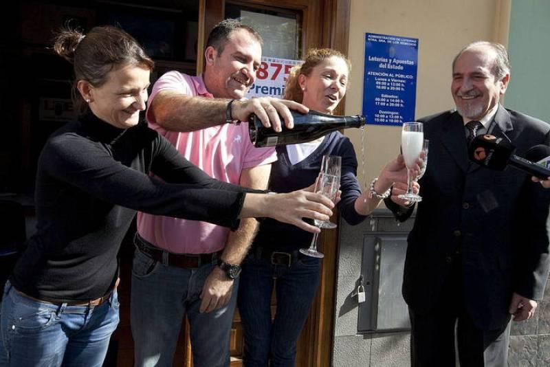 La dueña de la administración de Lotería número 1 del municipio tinerfeño de Buenavista del Norte brinda junto a sus compañeros.