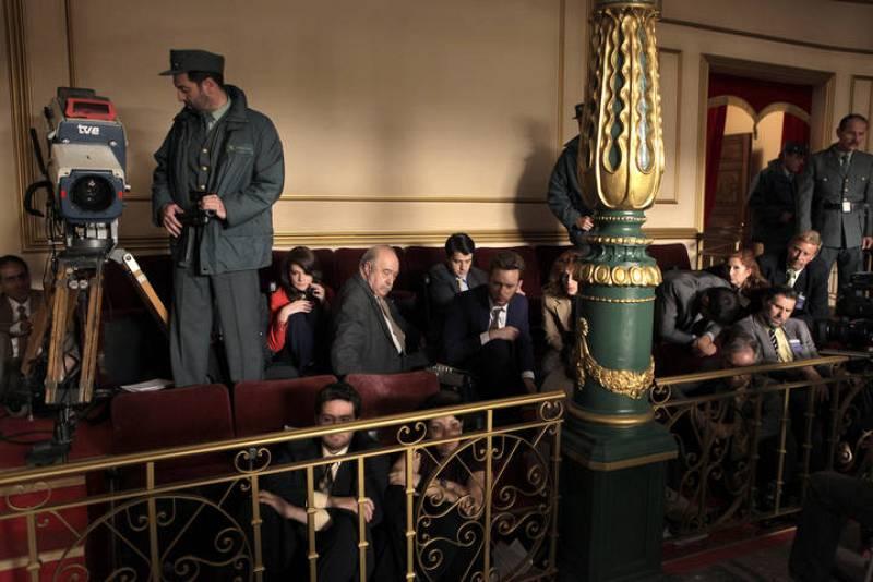 Toni está cubriendo para su radio la investidura de Calvo Sotelo como Presidente de Gobierno cuando Tejero y sus hombres irrumpen en el Congreso