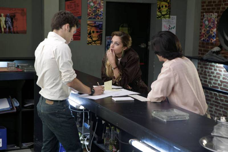 Hacía tiempo que no veíamos a Arancha por el FlyBar. La esposa de Felipe regresa al local para pedirle dinero a Carlos... y algo más.