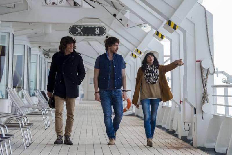 Juan Suárez, David Feito y Raquel del Rosario pasean por la cubierta principal del crucero que les ha llevado de Hamburgo a Malmö, ciudad en la que ya ha comenzado la gran fiesta eurovisiva.