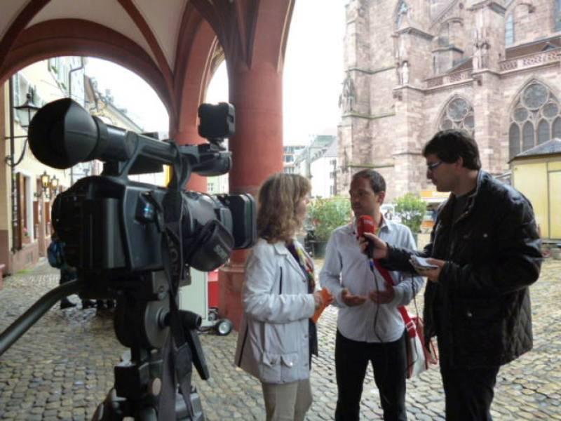 El guía de Friburgo Mirko Schneider atiende a Esther García Tierno y Álvaro Soto frente a la catedral de la ciudad