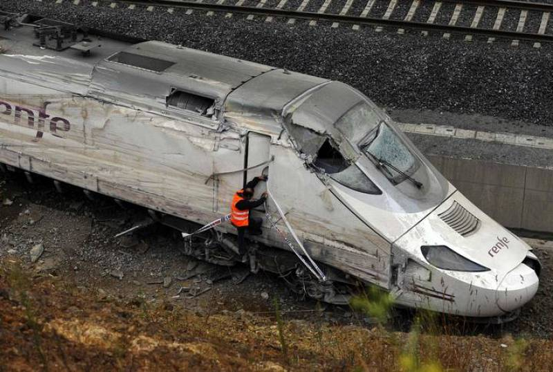 Un agente inspecciona la cabina del tren accidentado en Santiago de Compostela.