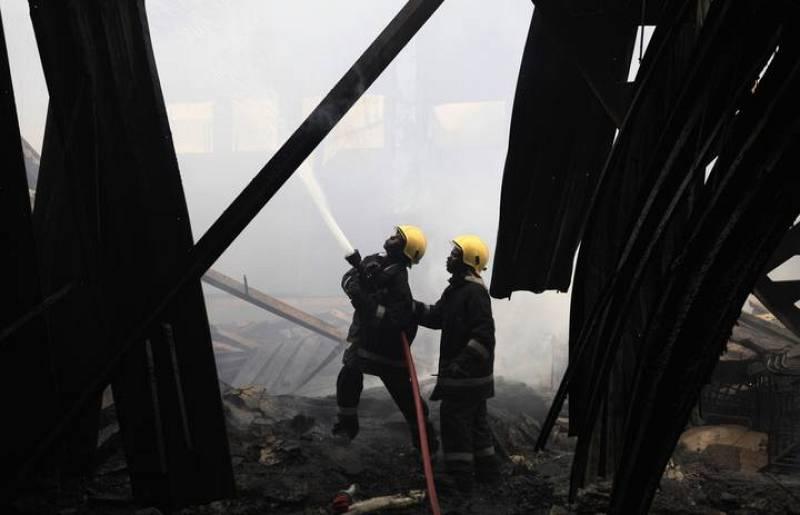 Los bomberos luchan contra el fuego en el Aeropuerto Internacional Jomo Kenyatta de Nairobi (Kenia).