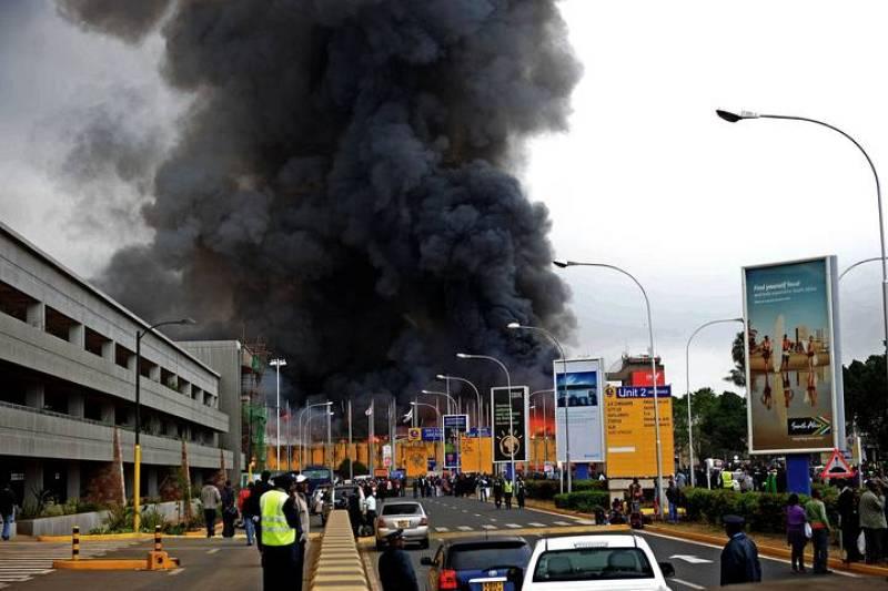 Una gran columna de humo asciende desde una de las terminales del Aeropuerto Internacional Jomo Kenyatta en Nairobi que ha obligado a derivar vuelos a aeropuertos regionales en ciudades cercanas.