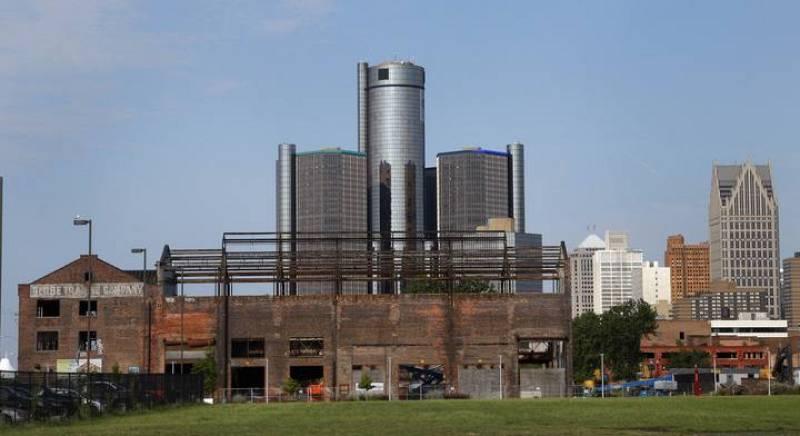 La sede de General Motors detrás de un almacén en restauración en la ribera del río Detroit