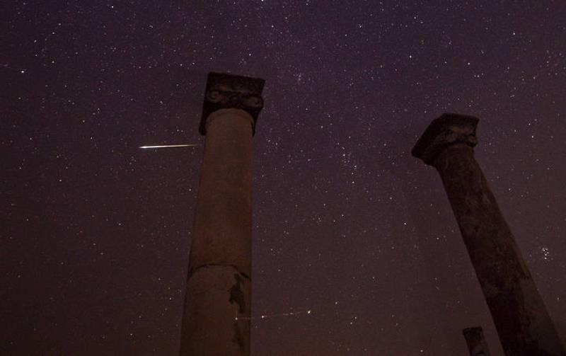 Una estrella fugaz surca el cielo sobre Negotino en la República ex Yugoslava de Macedonia
