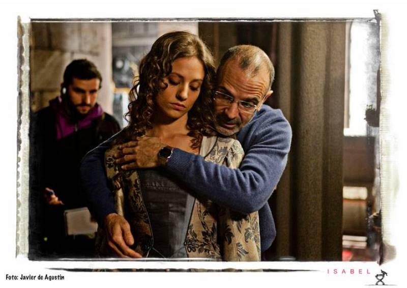 Salvador García, director del capítulo ensaya con Michelle Jenner  cómo debe abrazarla el rey Fernando