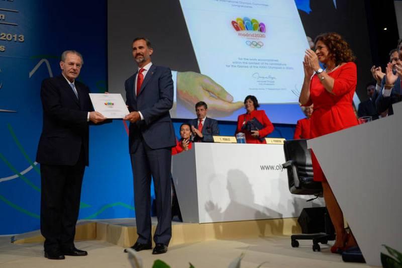 El presidente del CIO, Jacques Rogge, entrega al príncipe Felipe el diploma que acredita la presentación de su candidatura.