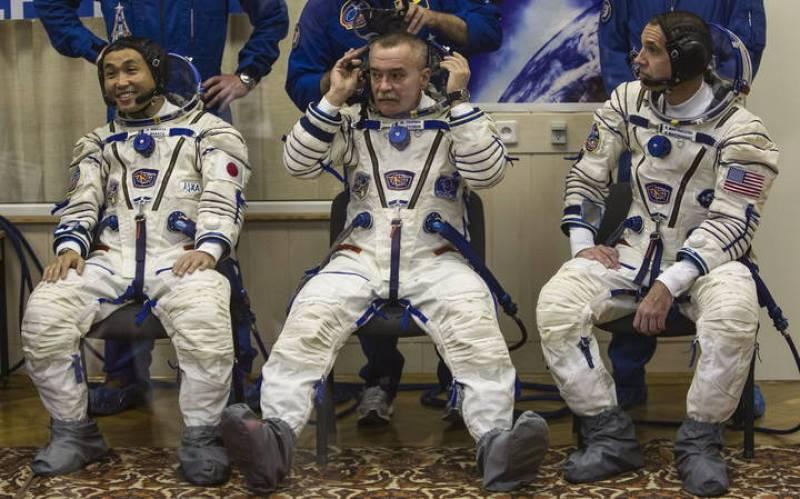 Los astronautas Wakata, Tyurin y Mastracchio momentos antes del lanzamiento de la Soyuz TMA-11M.