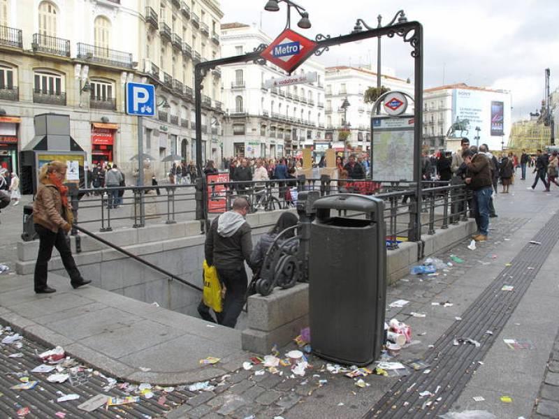 Basura en el suelo junto a la boca de metro en la Puerta del Sol