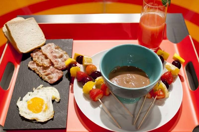 MasterChef Junior - Huevos fritos con jamón y bacos, brochetas de fruta con chocolate y zumo de pomelo