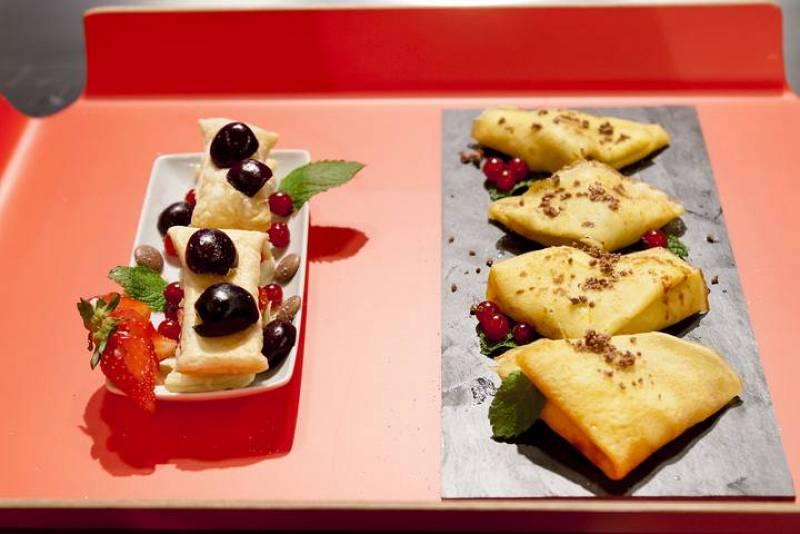Crepes de naranja y torre de hojaldre con frutas y yogur