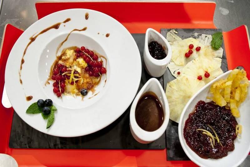 Torre de tejas y natillas con frutos rojos, tempura de piña con mermelada de fresa