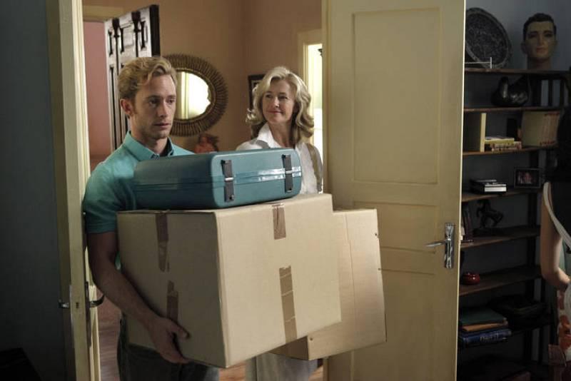 Toni ha decidio volver a España. En Londres ha dejado a Juana, con la que ha roto definitivamente, y a su hijo.