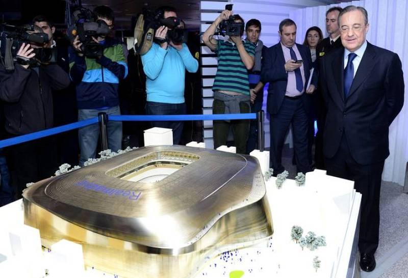 Florentino Pérez posa junto a la maqueta del proyecto para remodelar el Santiago Bernabéu.