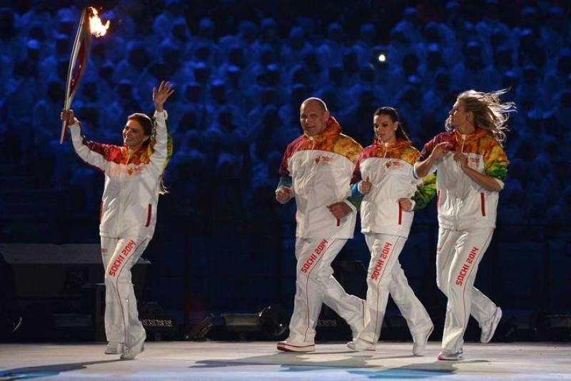 Alina Kabaeva, Alexander Karelin, Elena Isinbaeva y Maria Sharapova han sido los últimos relevistas antes de Vladislav Tretiak e Irina Rodniná.
