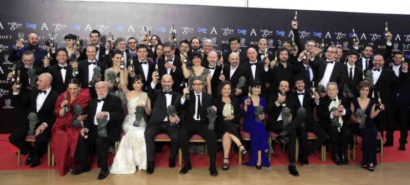 Foto de familia de los premiados en la gala de entrega de los 28 premios Goya, celebrada en el Hotel Auditórium de Madrid.