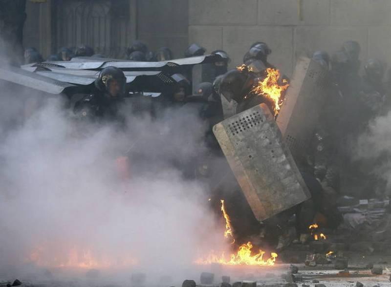 Imagen de un policía antidisturbios envuelto en llamas durante los primeros choques entre opositores y policía después de varias semanas de tregua