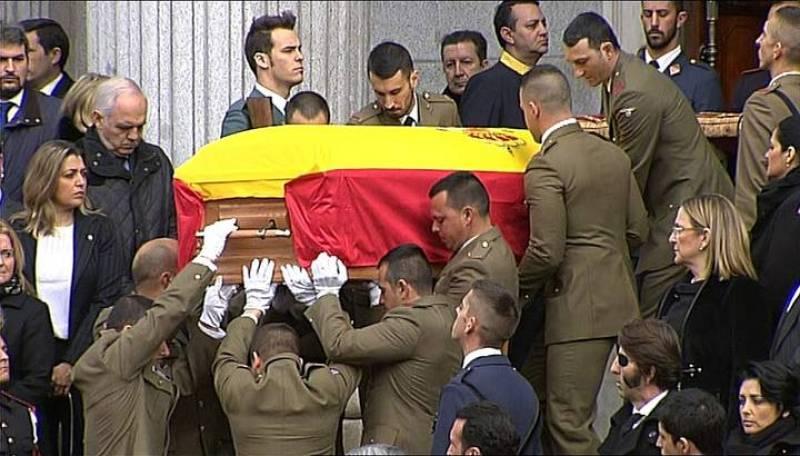 El féretro de Suárez bajó por las escalinatas de la Puerta de los Leones a hombros de diez soldados.