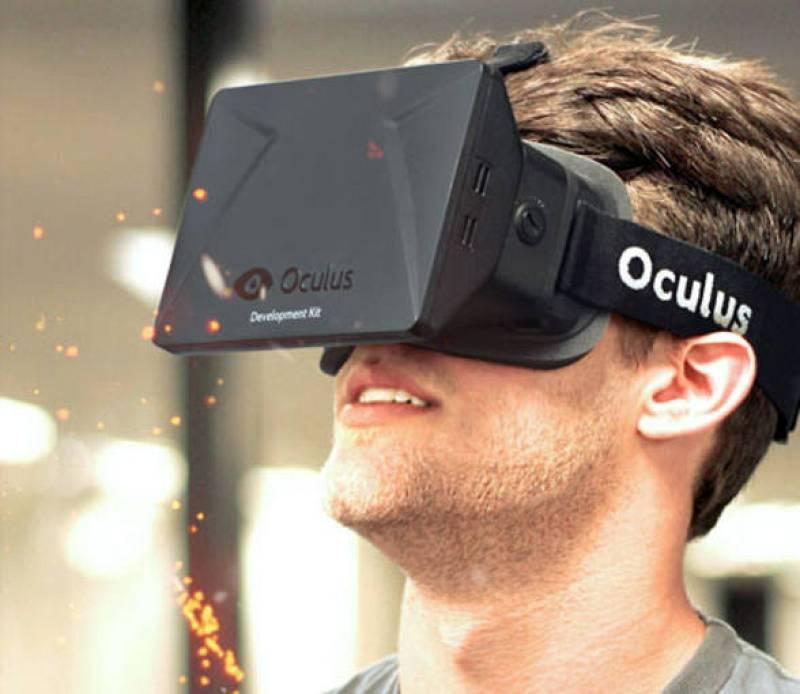 Un joven prueba el dispositivo de realidad virtual Oculus Rift.