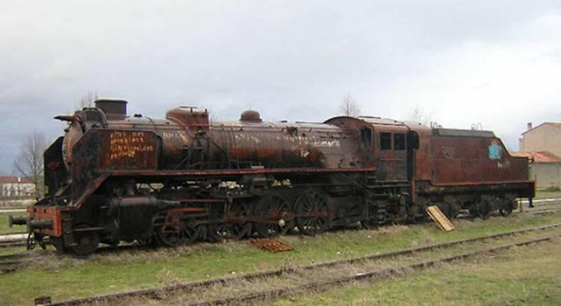Imagen de una locomotora abandonada del ferrocarril Santander-Mediterráneo
