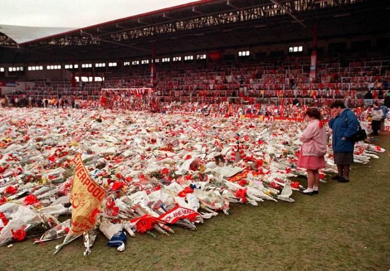 La tragedia de Hillsborough golpeó en el corazón del Liverpool. En la imagen, una ofrenda floral en Anfield en 1989