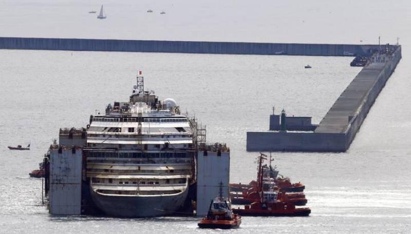 El crucero Costa Concordia llega al puerto de Génova