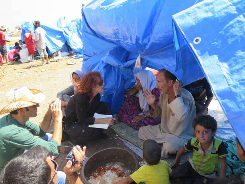 La enviada de AI a Irak, Donatella Rovera, habla con refugiados