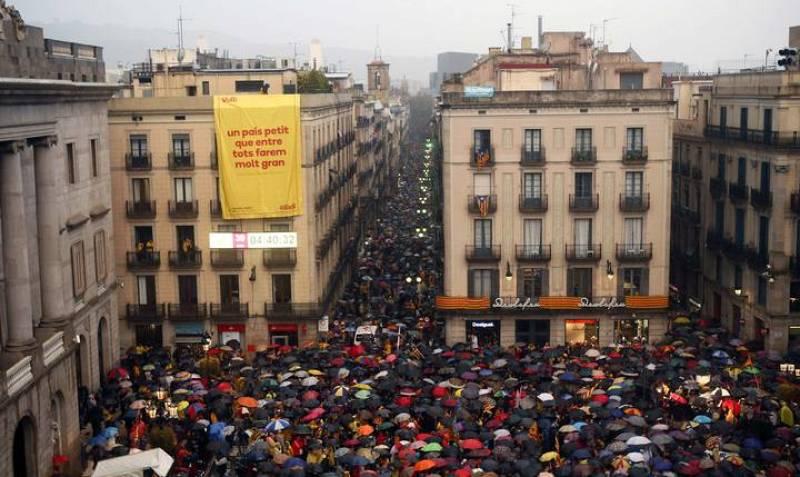 Miles de catalanes se han concentrado ante el Ayuntamiento de Barcelona
