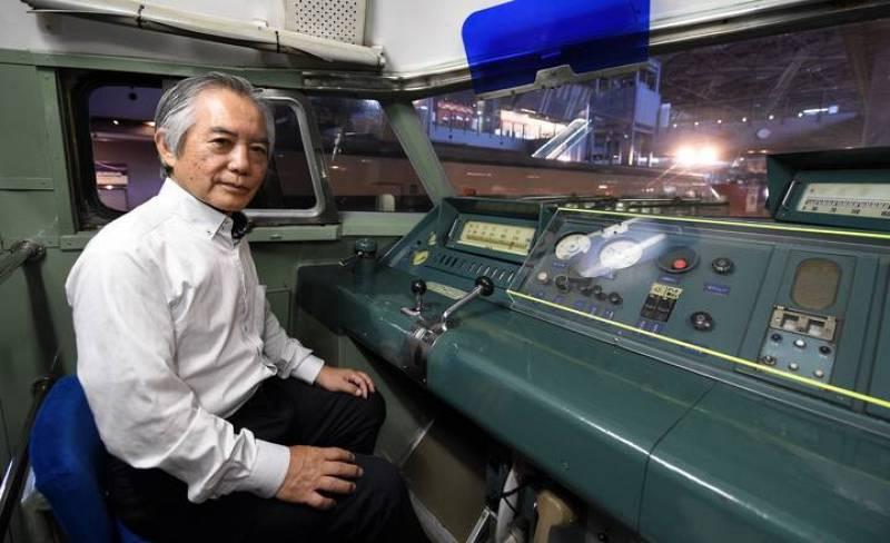 Fumihiro Araki posa en la cabina del primer tren bala