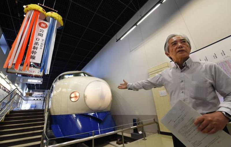 El subdirector del museo del ferrocarril de Omiya y antiguo conductor de tren, Fumihiro Araki, delante del primer tren bala