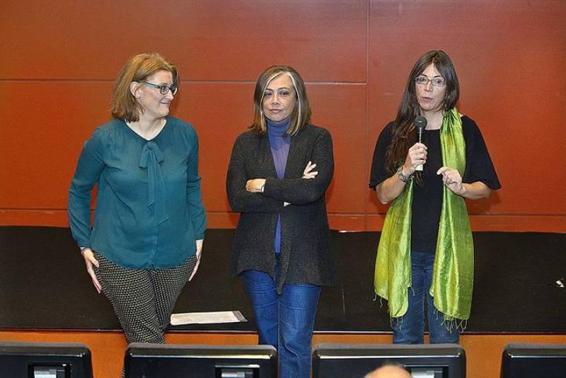 La directora del documental, Talia Martínez de Marañón, presenta micrófono en mano su visión sobre la vida y la obra del escritor Enrique Jardiel Poncela