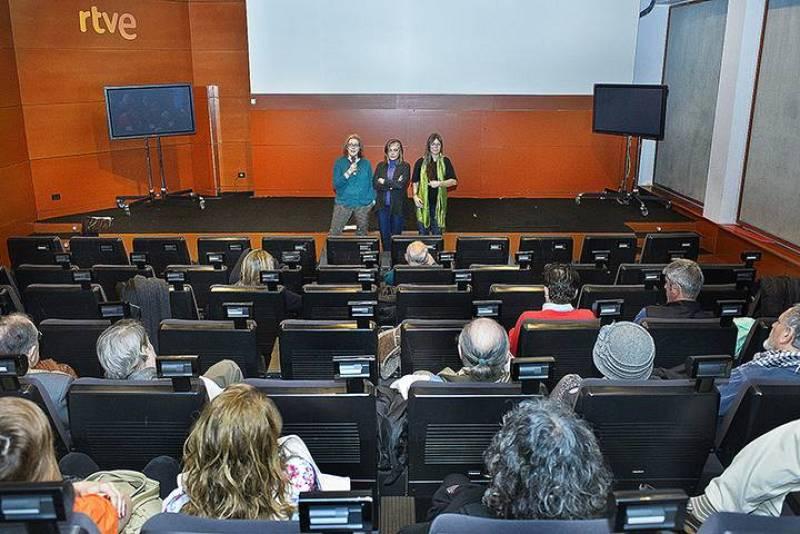 La directora del programa 'Imprescindibles', Ana Peláez, presenta a la realizadora y codirectora del documental sobre Jardiel Poncela, Marisa Paniagua, y a la directora y guionista Talia Martínez de Marañón