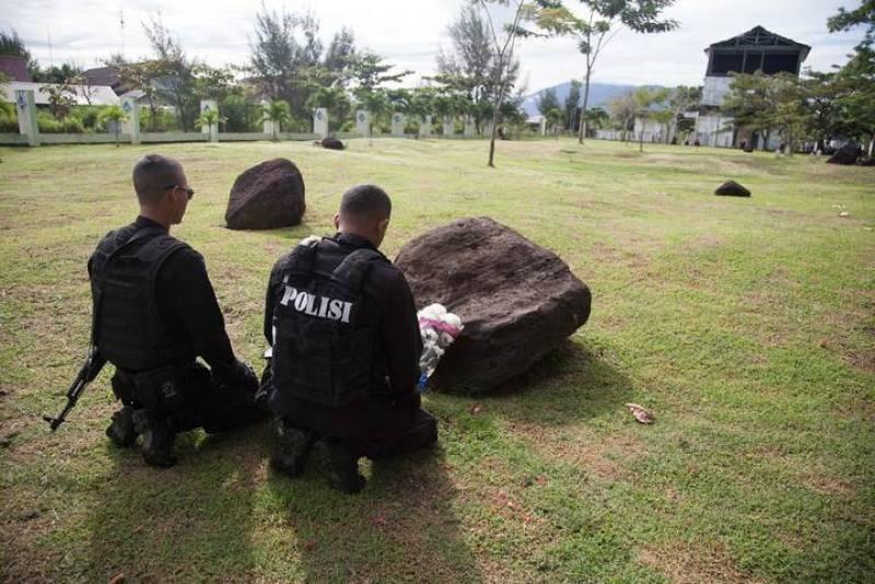 Policías rezan en el cementerio de Banda Aceh, en Indonesia. El tsunami acabó con la vida de casi 230.000 personas