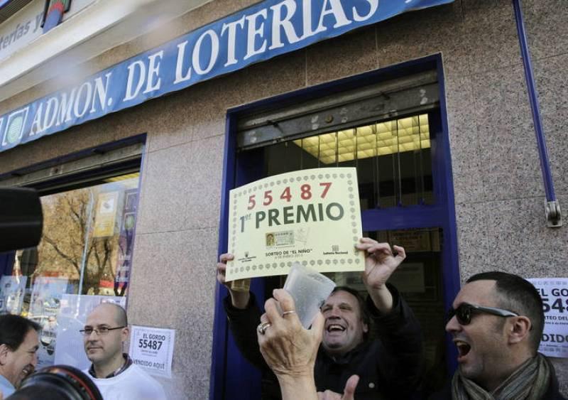 El primer premio del sorteo extraordinario de la lotería de El Niño, dotado con dos millones de euros por serie (200.000 euros al décimo), ha recaído en el número 55.487 que ha sido vendido en la administración número 4 de Leganés (Madrid).