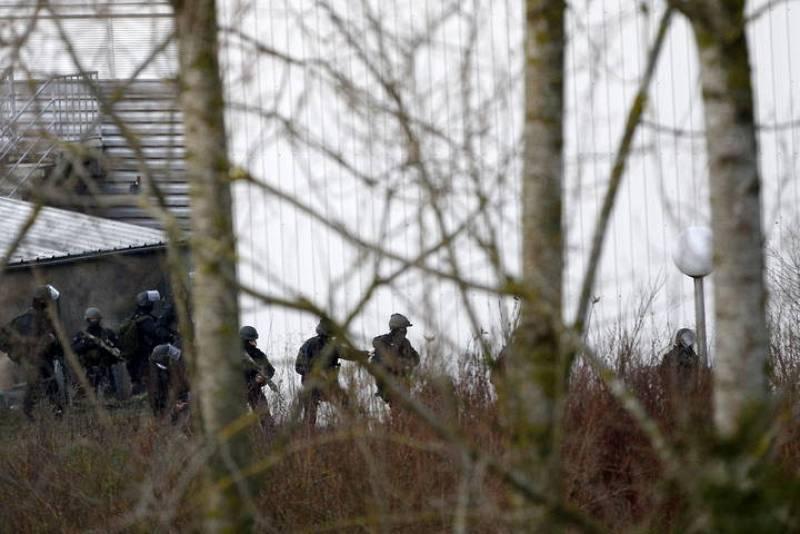 Agentes del grupo especial de intervención de la policía, toman posiciones junto a la imprenta en Dammartin-en-Goele, al noreste de París, donde se atrincheraron los hermanos Chérif y Said Kouachi,