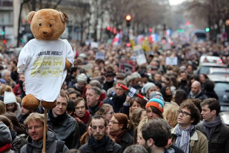 Los manifestantes han guardado un minuto de silencio en memoria por los fallecidos en los atentados de París.