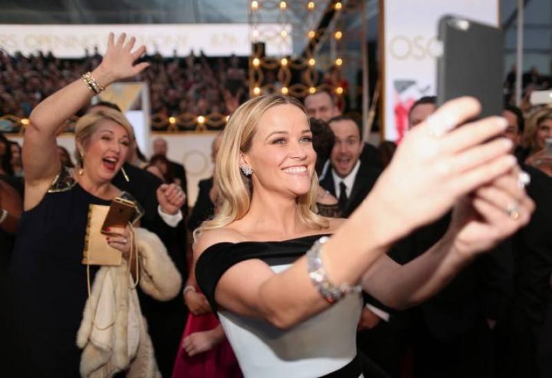 la actriz Reese Witherspoon, protagonista de 'Alma salvaje' se inmortaliza sobre la alfombra roja a golpe de selfi