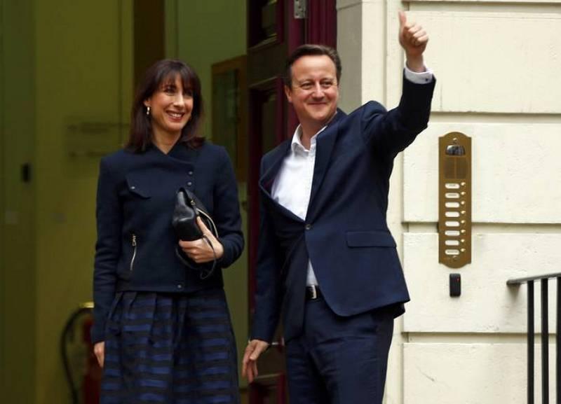El primer ministro David Cameron celebra la victoria junto a su mujer Samantha
