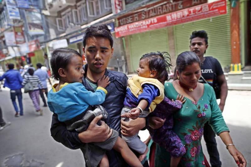 Los habitantes de Katmandú han salido a la calle con sus hijos presos del pánico.