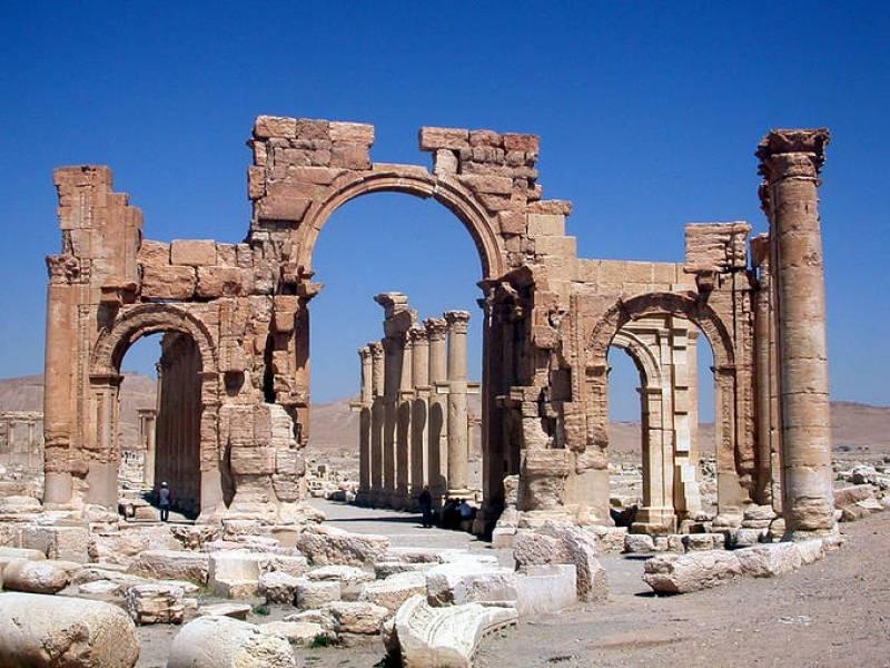 Arco monumental de la ciudad de Palmira, situado en la sección este del conjunto, remata su gran columnata.