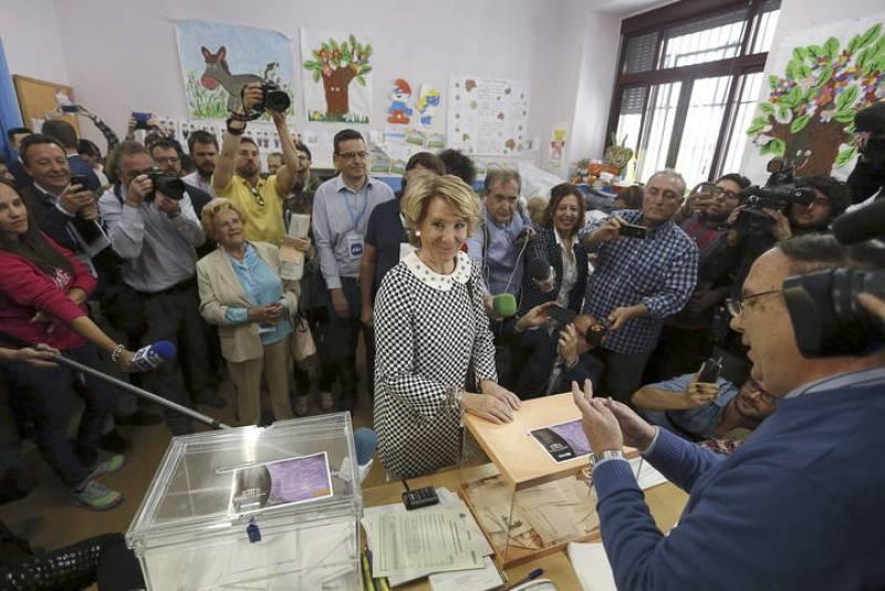 La presidenta del Partido Popular de Madrid y candidata a la alcaldía, Esperanza Aguirre, vota en los comicios locales y autónomicos que se celebran en España.