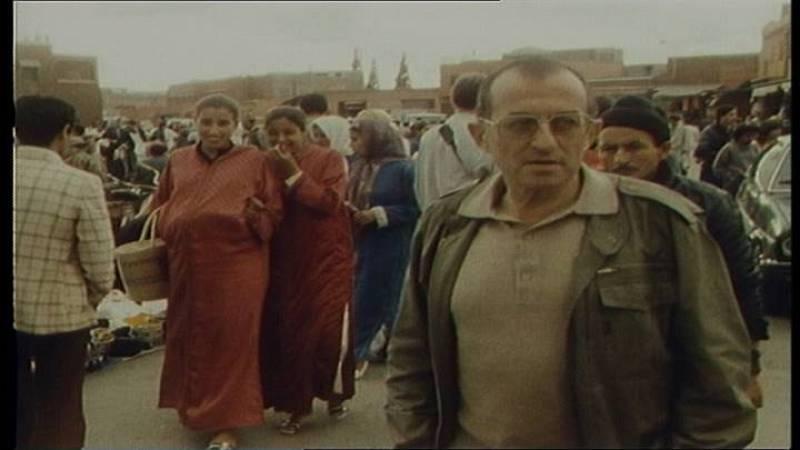 Un joven Juan Goytisolo, en la famosa plaza de 'Jemaa el Fna', en Marraquech