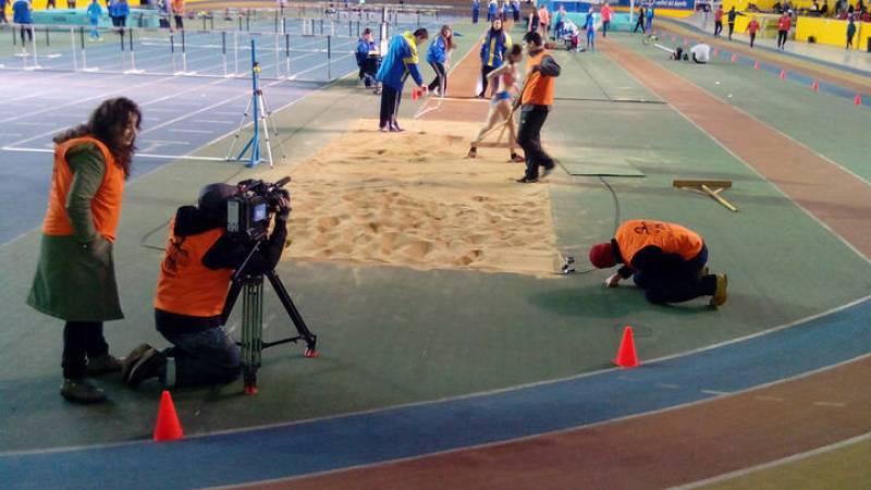 El equipo de Documentos TV rodando en el Polideportivo municipal de Oviedo durante los Campeonatos de Atletismo de Asturias
