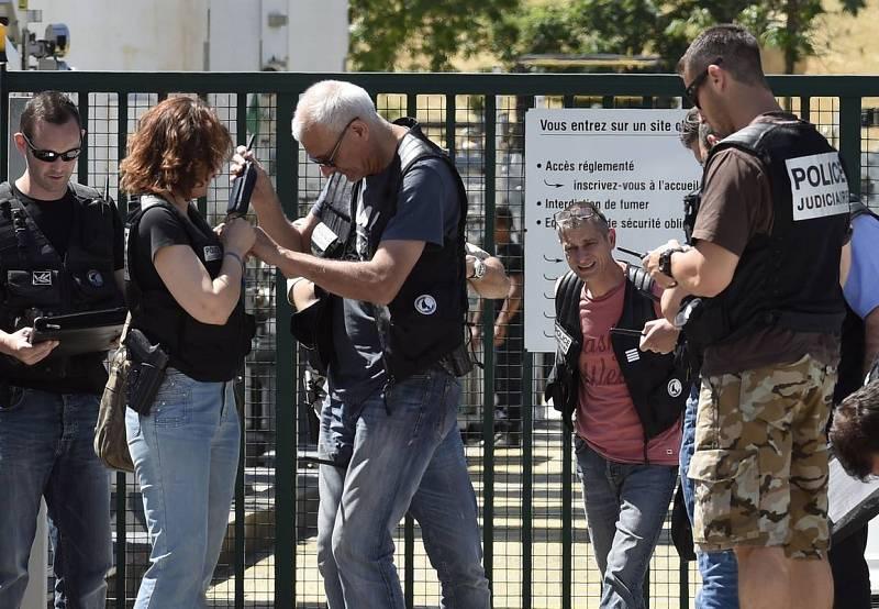 La Policía francesa vigila la entrada de la compañía Air Products, en Saint-Quentin-Fallavier, cerca de Lyon