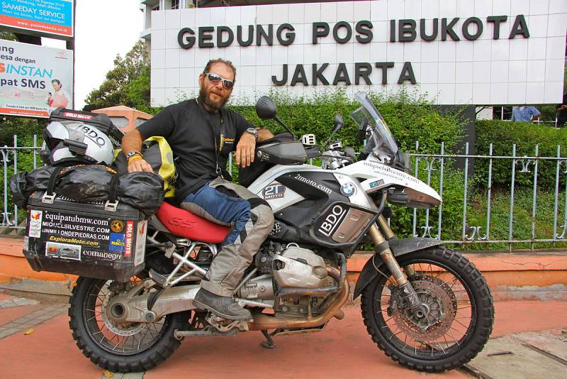 Miquel Mirando el cartel de Jakarta