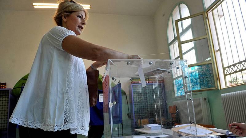 Una ciudadana griega deposita su voto para el referéndum